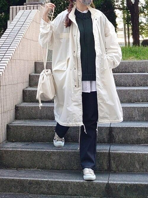 白のモッズコート×グリーンのニットベスト×白のシャツ×デニムパンツ×ベージュのスニーカー